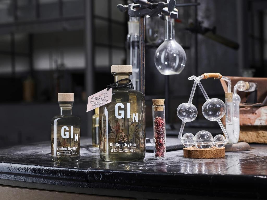Gießen Dry Gin zwischen Reagenzgläsern von Gießen Spirits