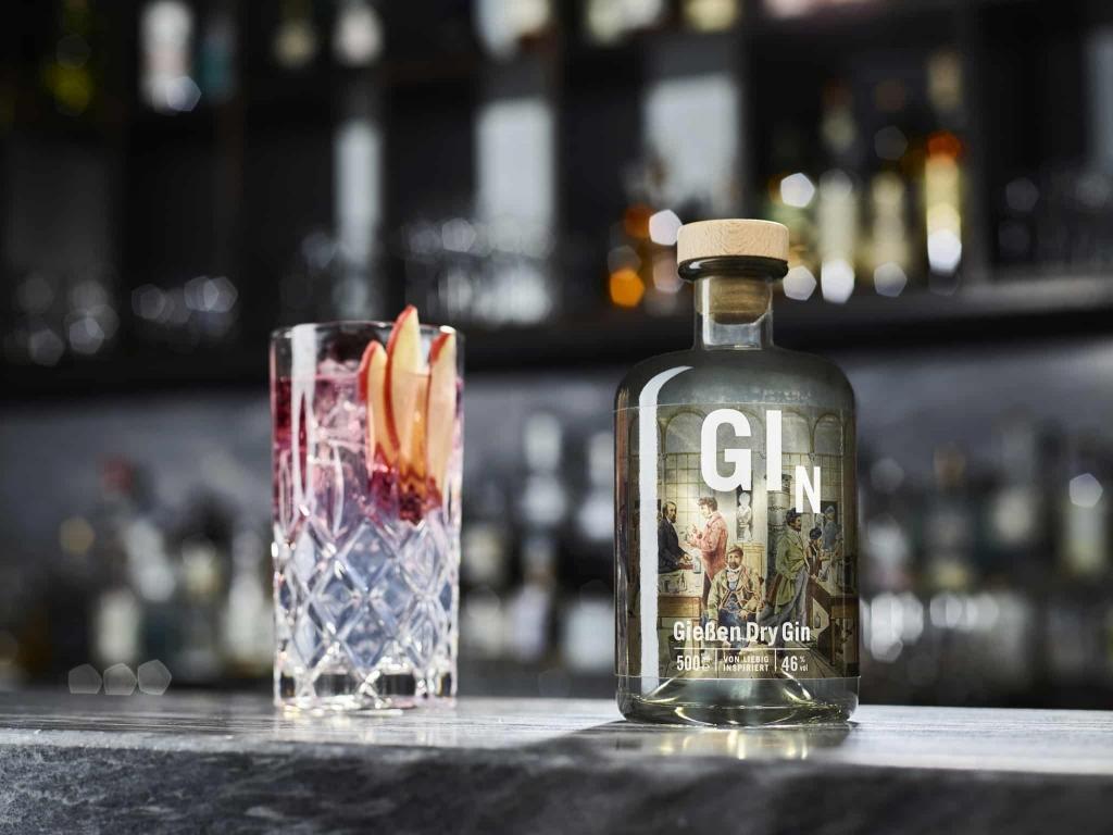 Gießen Dry Gin mit Cocktailglas von Gießen Spirits