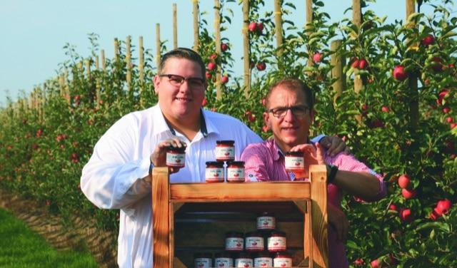 Hinnerk Giese und Robert Seier von Altländer Genuss vor Apfelplantage
