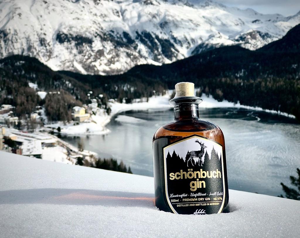Schönbuch Gin vor Berglandschaft