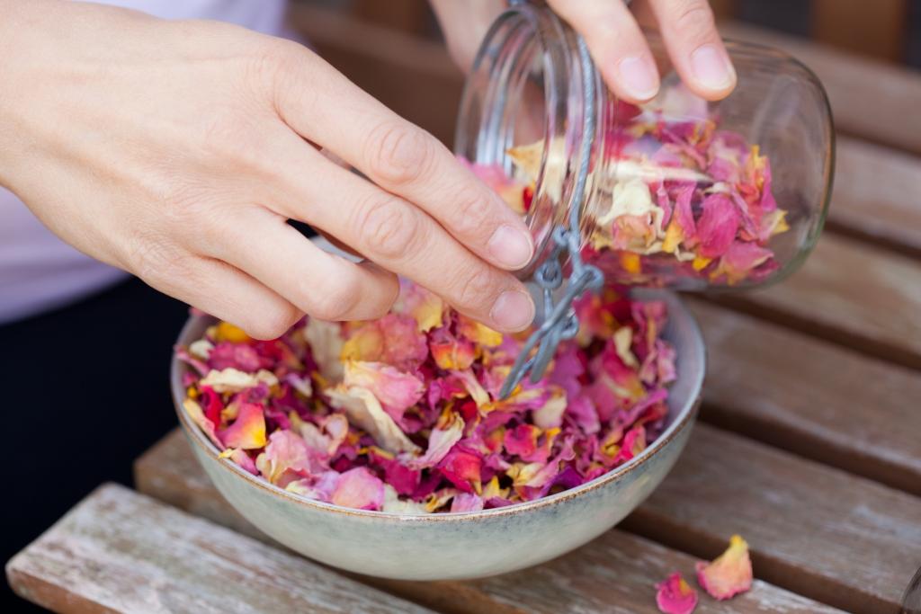 Schale mit rosa Blüten von Tante Fine