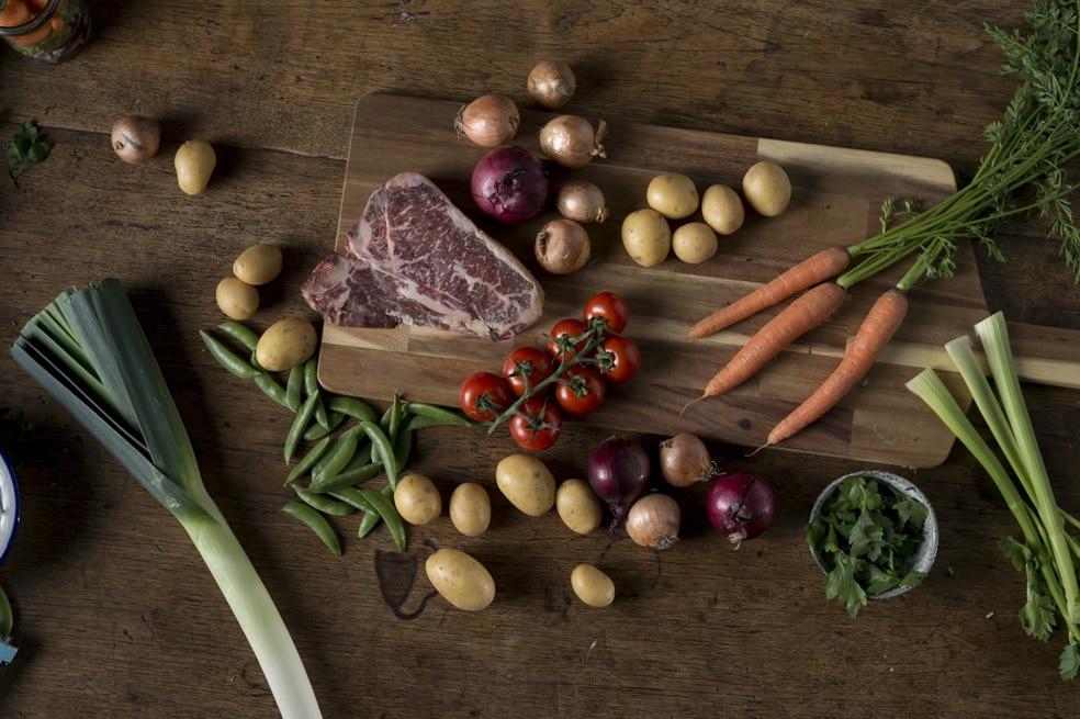 Gemüse auf Schneidebrett von ika ika