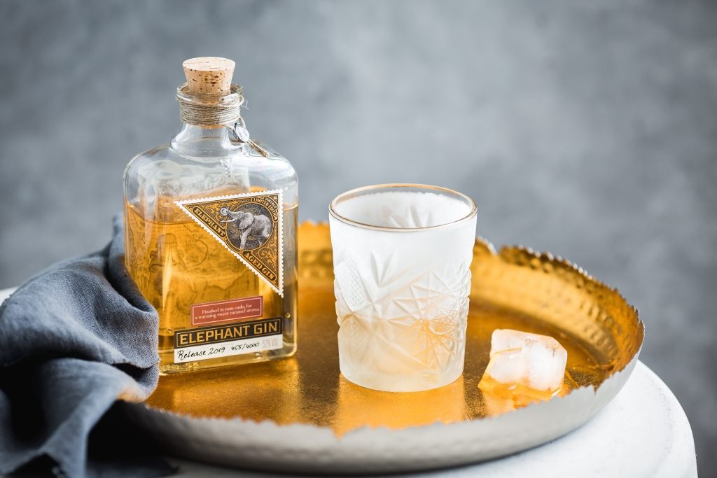 Elephant Gin mit Glas auf Tablett