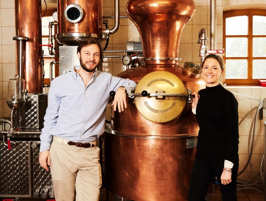 Tessa und Robin Gerlach von Elephant Gin vor einer Kupferbrennblase