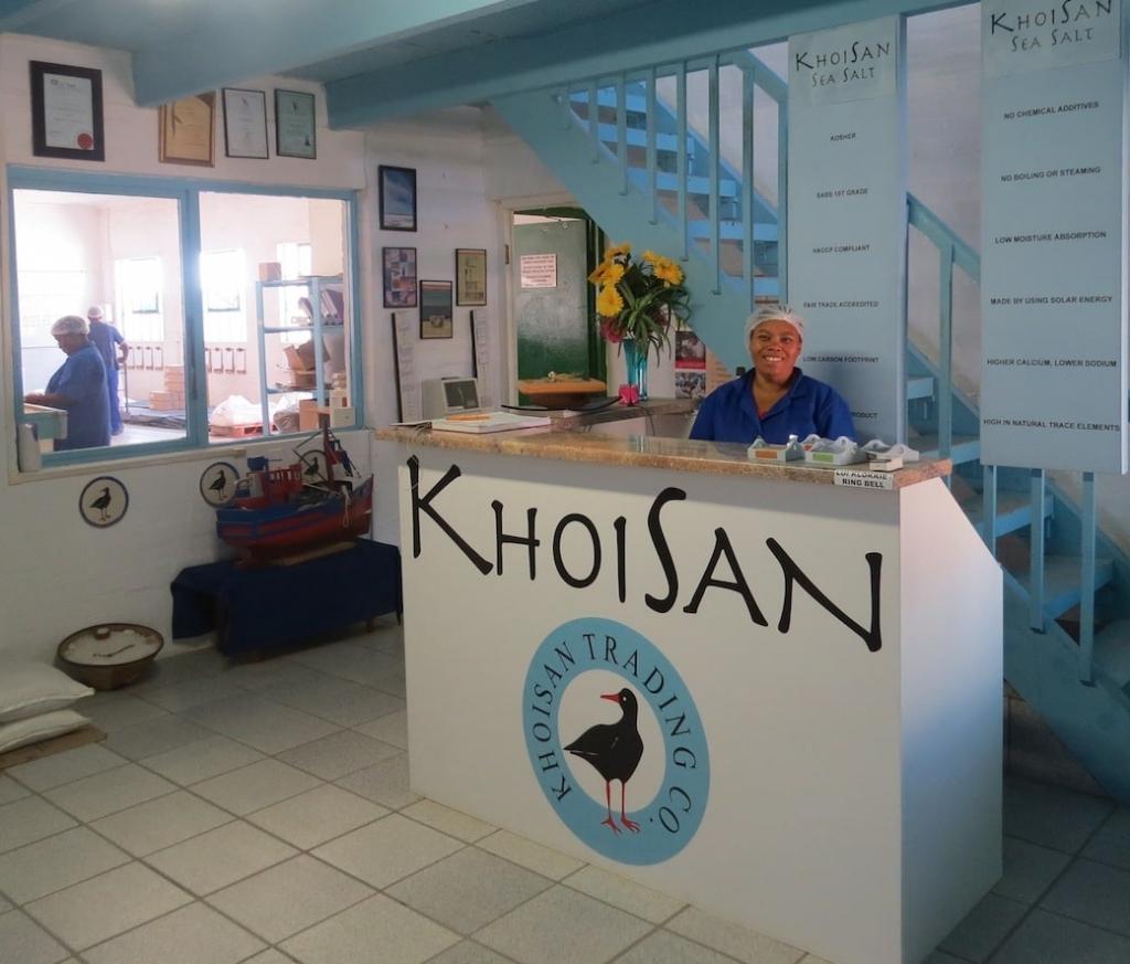 Mitarbeiterin von Khoisan in der Salzanlage