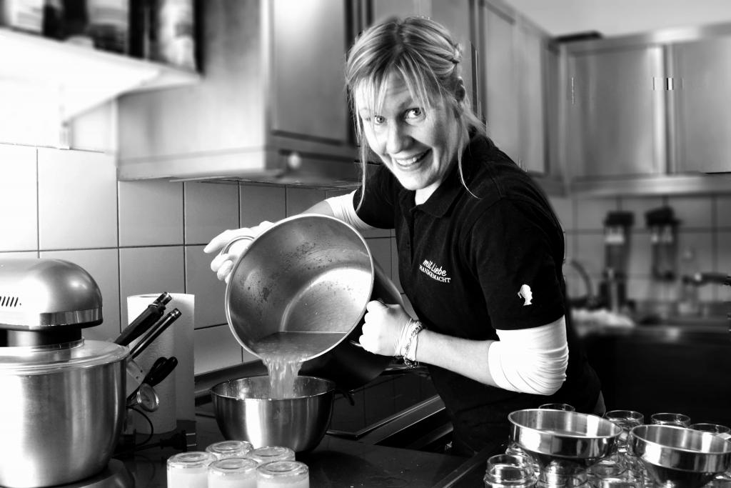Katie beim Kochen der Marmelade