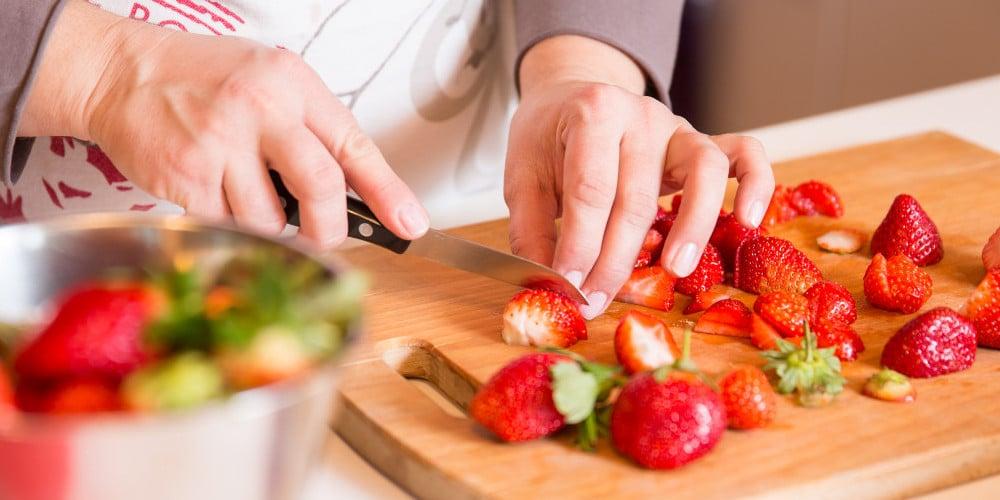 Erdbeeren von Marmóndo werden auf Brett geschnitten
