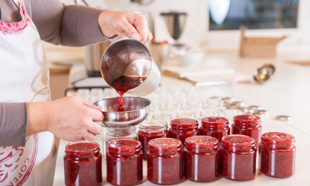 Marmelade von Marmóndo wird in Gläser abgefüllt