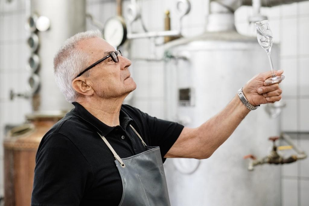 Josef Bauer von Sturzflug Premium Dry Gin in der Destillerie