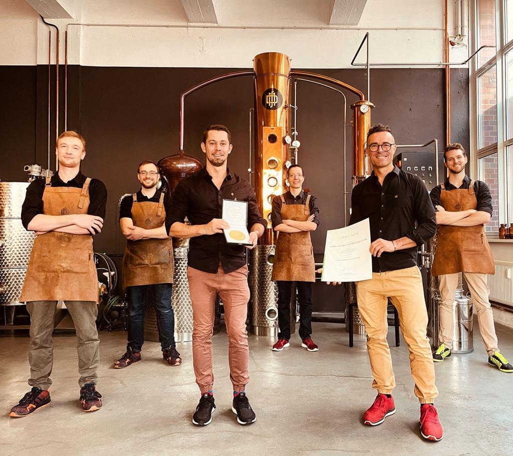 Team der Deutschen Spirituosenmanufaktur mit Urkunde für Bundesehrenpreis in Gold