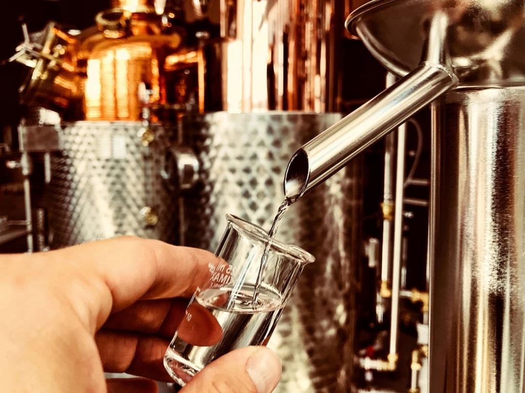 Abfüllung in ein Glas in der Brennerei der Deutschen Spirituosenmanufaktur