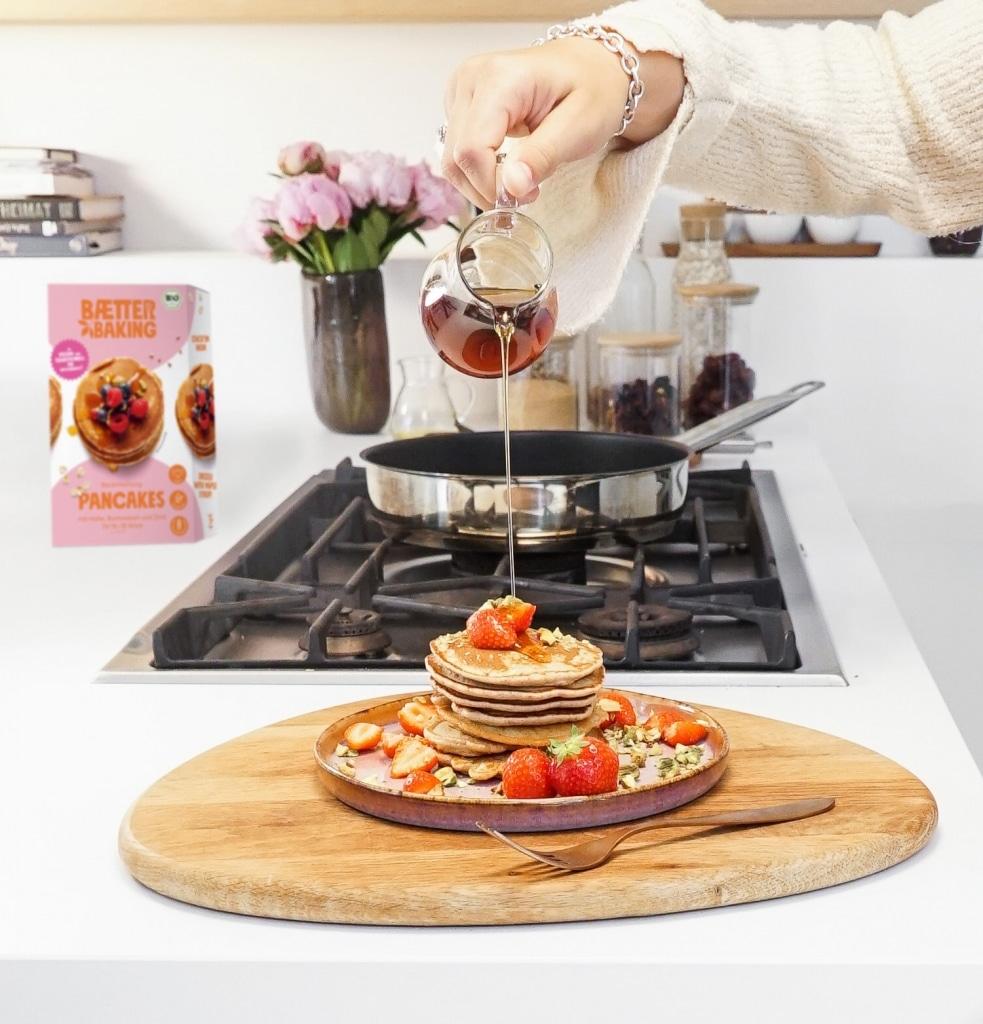 Pancakes mit Erdbeeren und Ahornsirup von Baetter Baking