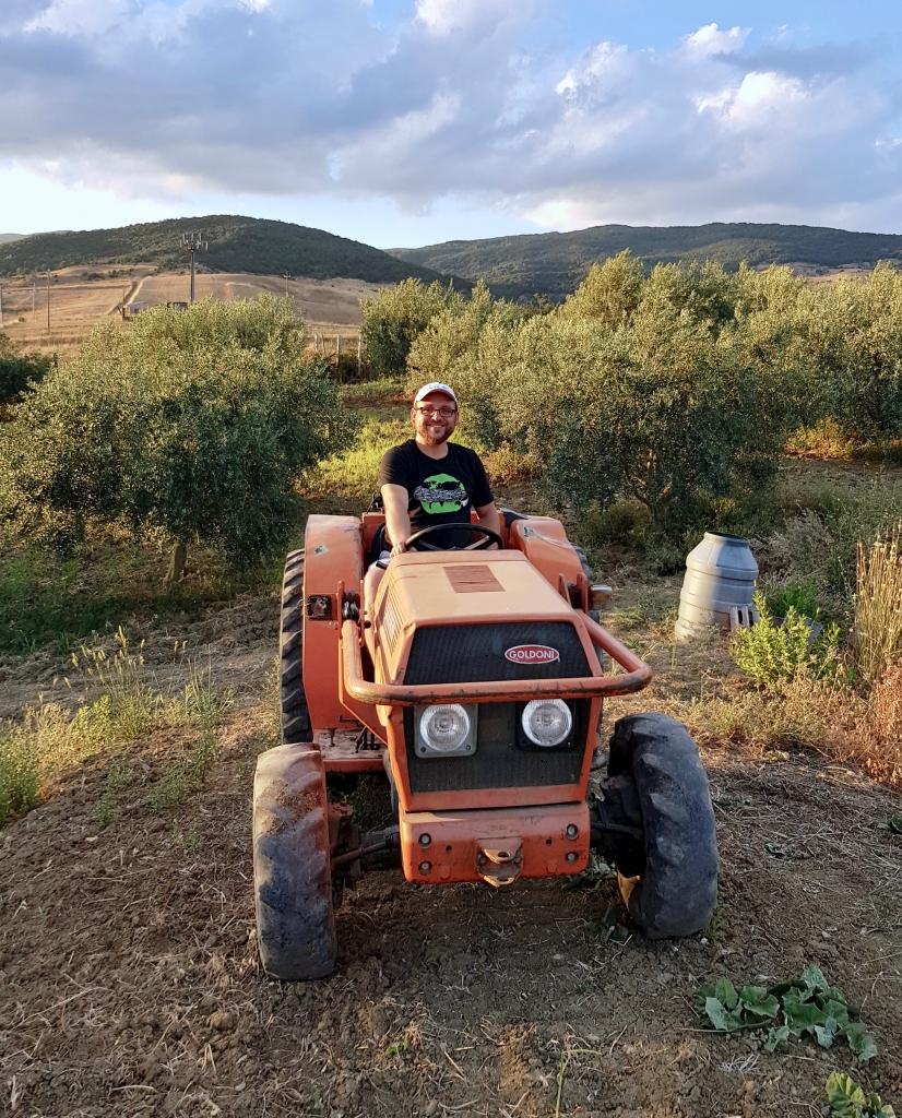 Arkadius Michalczyk von Olio Costa auf dem Traktor im Olivenhain