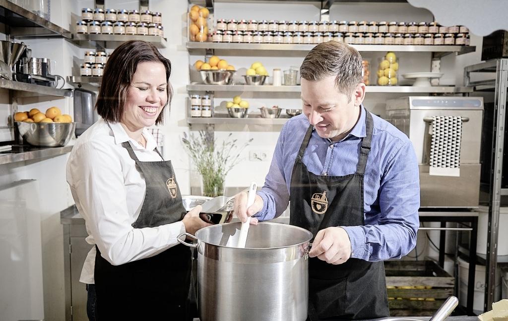 Nadine und Sascha von Heimathaven rühren im Kochtopf