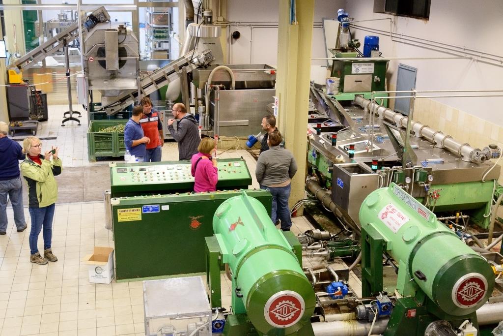 Arkadius Michalczyk von Olio Costa diskutiert mit Olivenbauern in der Presswerkstatt