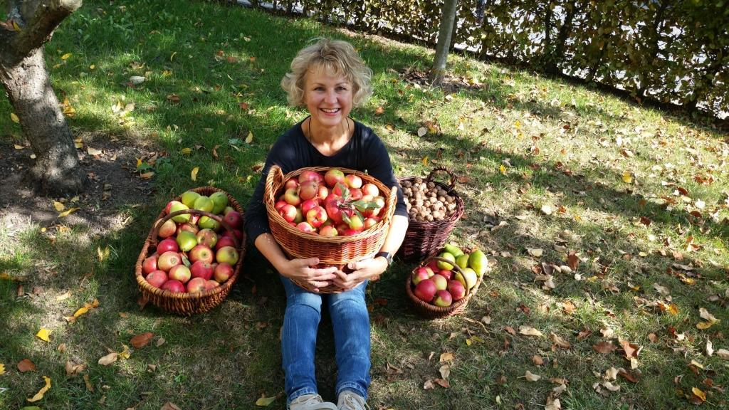 Sabine Pusch mit gefüllten Obstkörben von Kyffhäuserobst