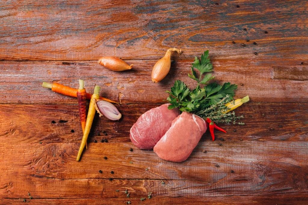 Gemüse und Fleisch auf Holzbrett von Benz Feinkostmanufaktur