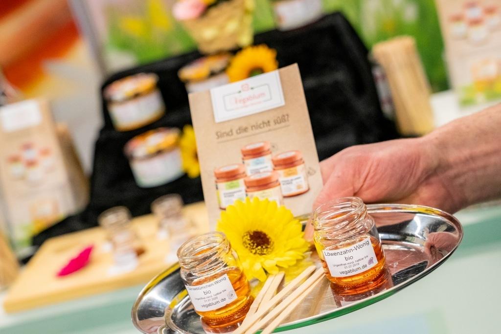 Vegablum Honig auf einem Tablett