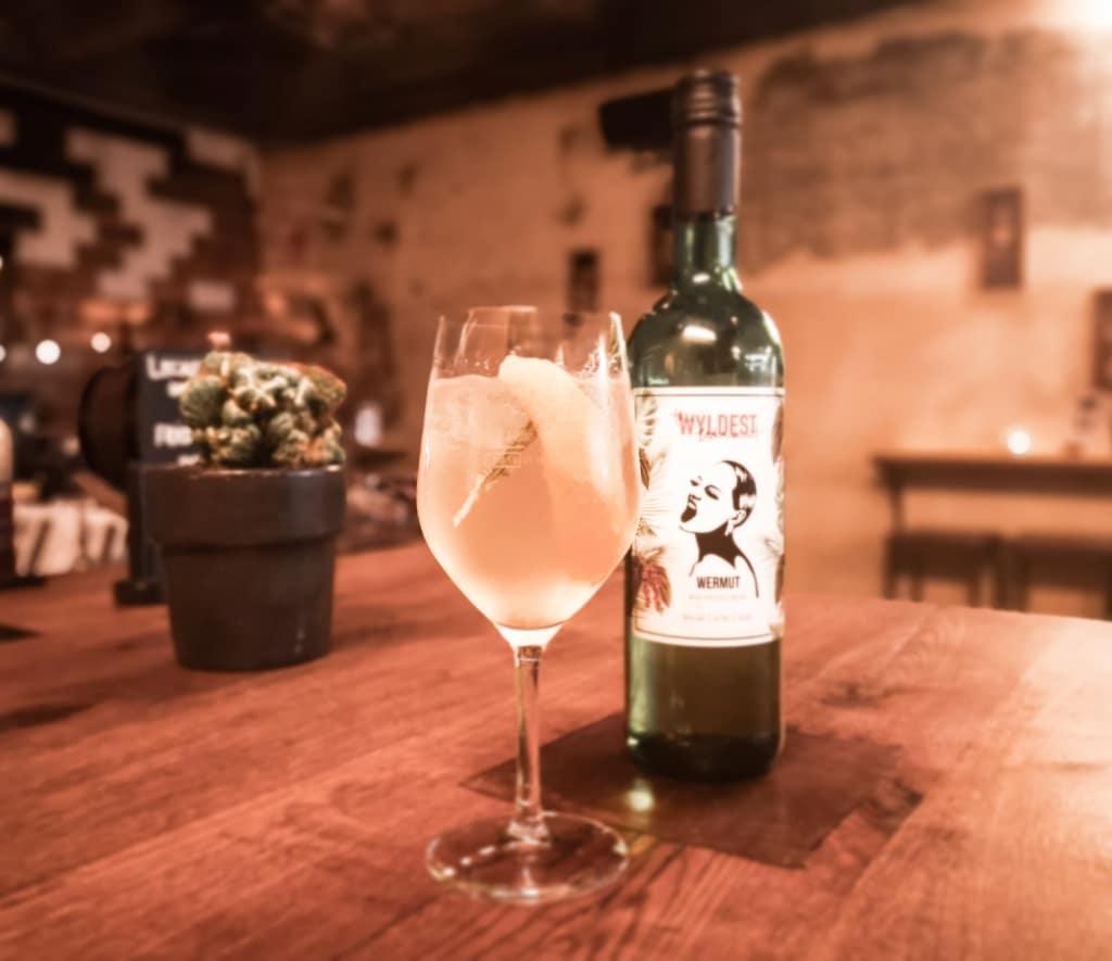Cocktail mit The Wyldest Wermut Flasche