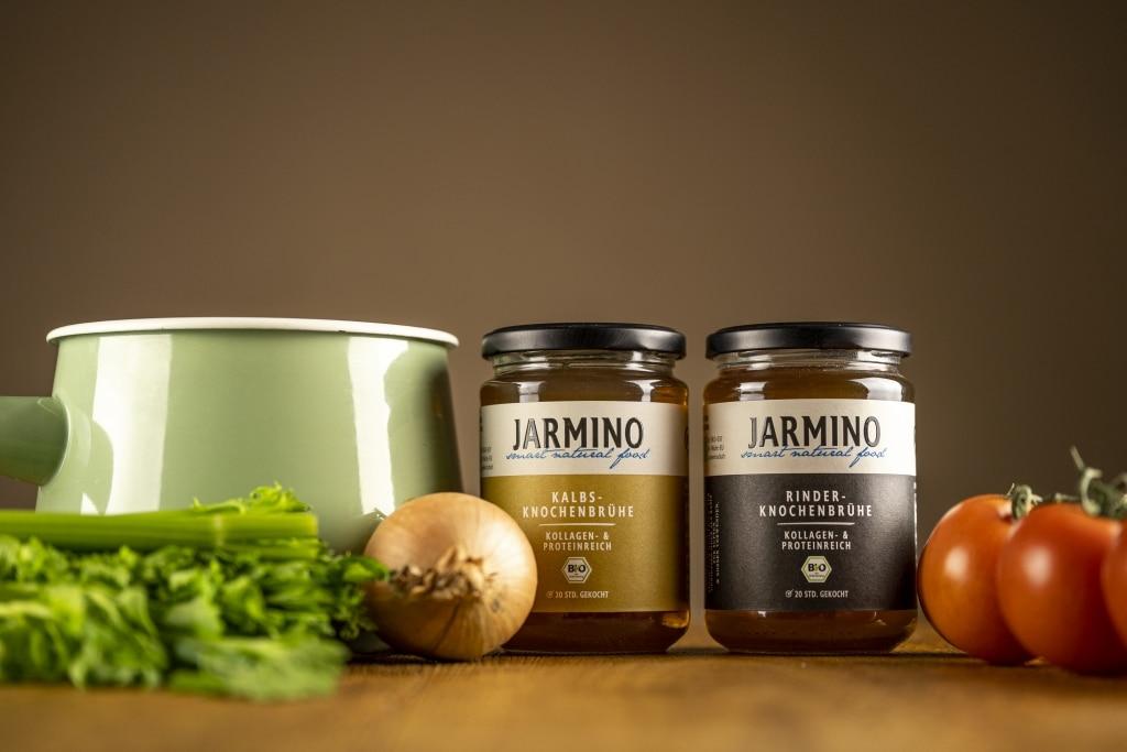 Kalbs- und Rinder-Knochenbrühen von Jarmino mit Suppentopf und Gemüse