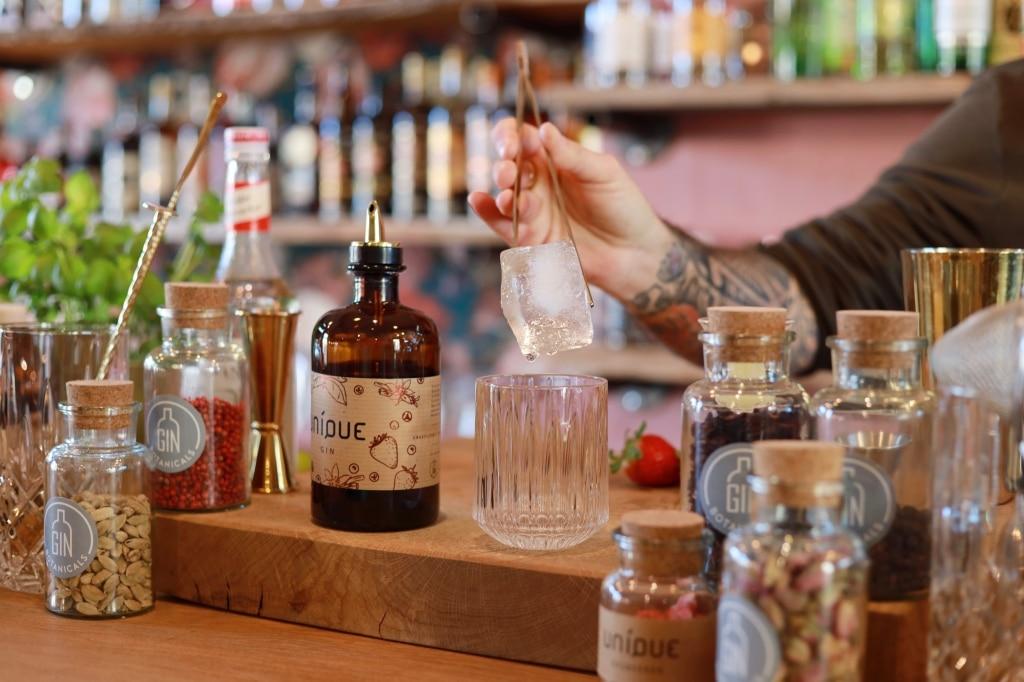 UNIQUE Gin Flasche auf dem Bartresen