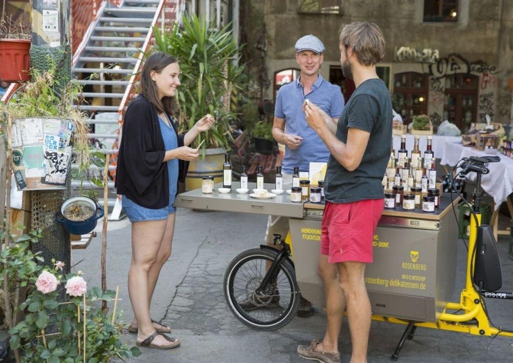 Matthias Rosenberg verkauft Rosenberg Delikatessen mit seinem Lastenfahrrad auf dem Markt