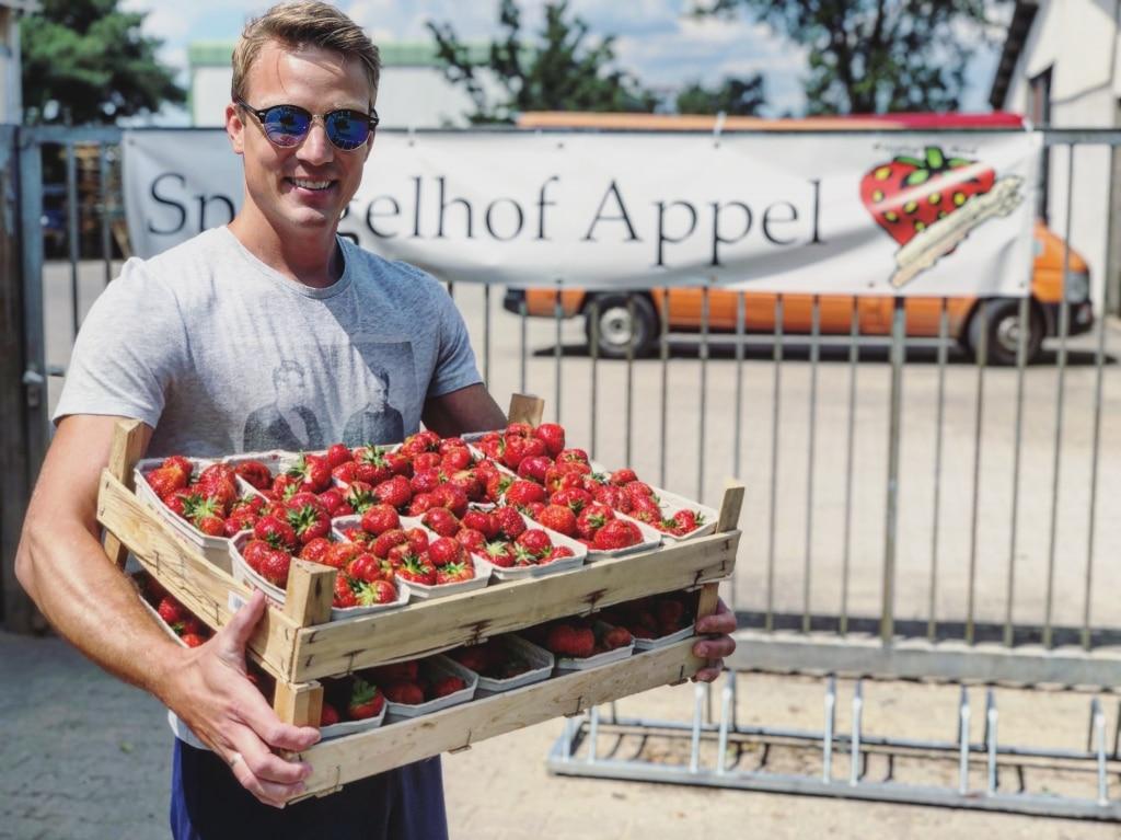 Christof von UNIQUE Gin mit einer Kiste Erdbeeren