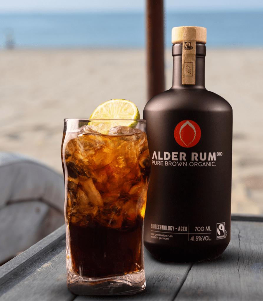 ALDER Rum - Flasche am Strand