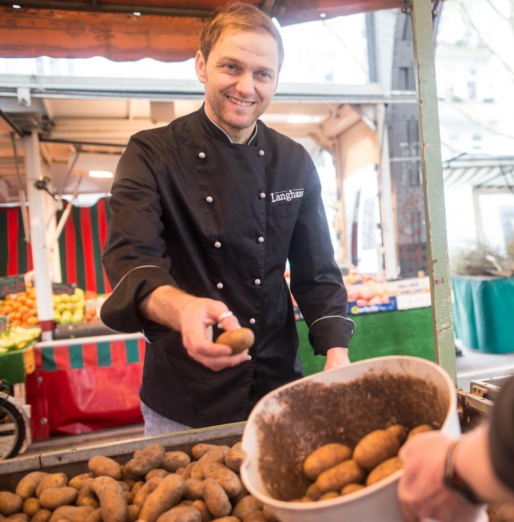 Heiko von der Langhans Suppenmanufaktur kauft auf dem Markt Kartoffeln