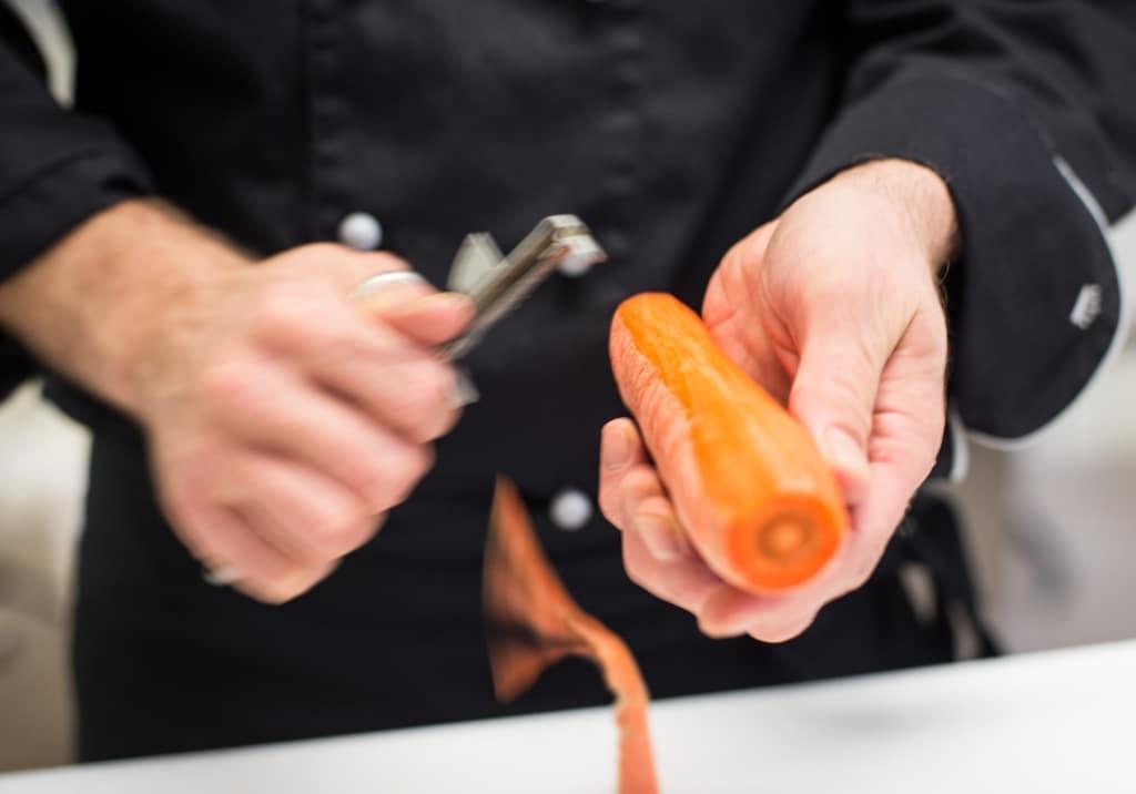 Heiko von der Langhans Suppenmanufaktur schält eine Karotte