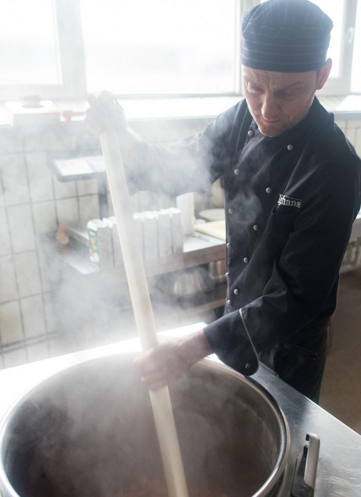 Heiko von der Langhans Suppenmanufaktur steht am dampfenden Kessel