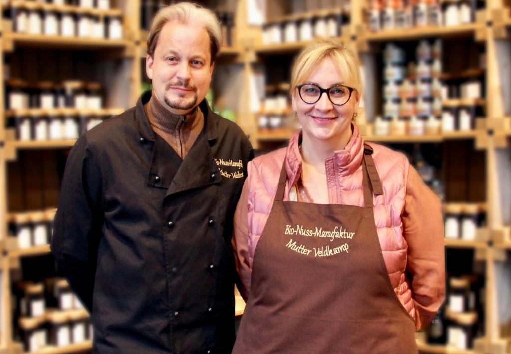 Tom Veldkamp mit seiner Frau im Laden von Hamburger Goldmandeln