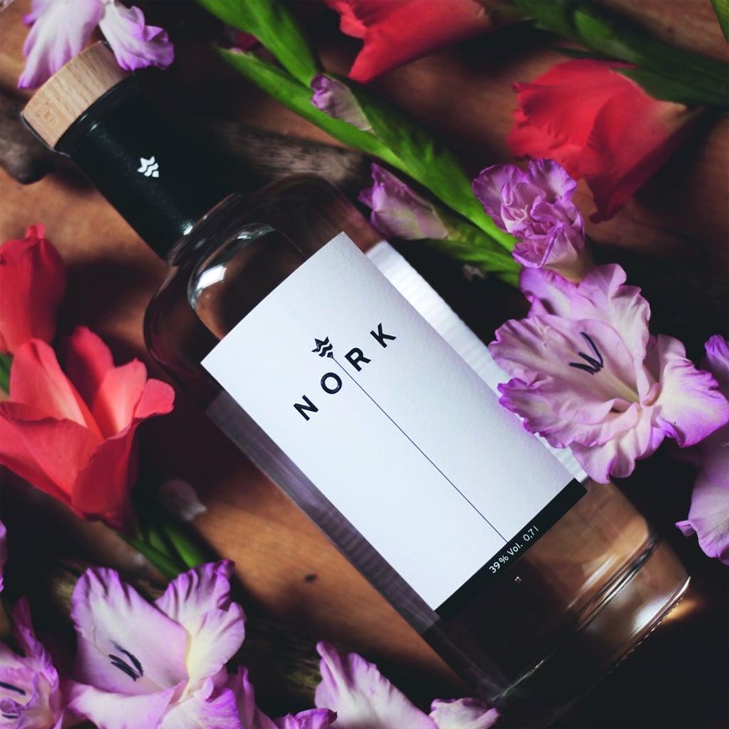 NORK Flasche zwischen Blumen