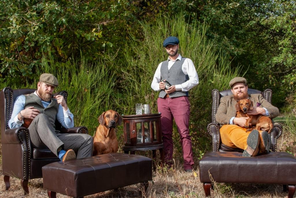 Phillipp de Bruijn, Tim Häntschel und Max Henrichs von Irving Gin im englischen Stil auf Ledersesseln