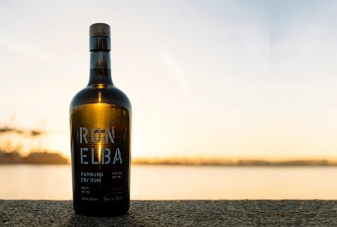 Eine Flasche Ron Elba Rum im Hamburger Hafen