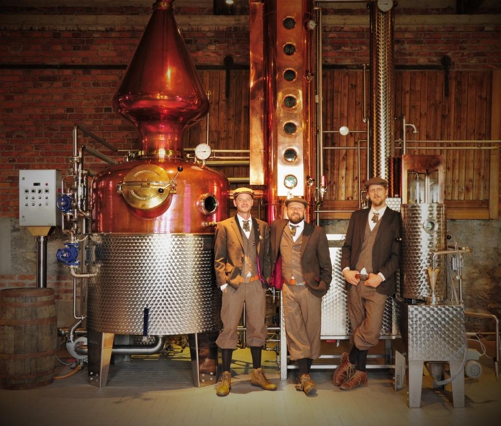 Das Team der Sauerländer Edelbrennerei vor der Destille