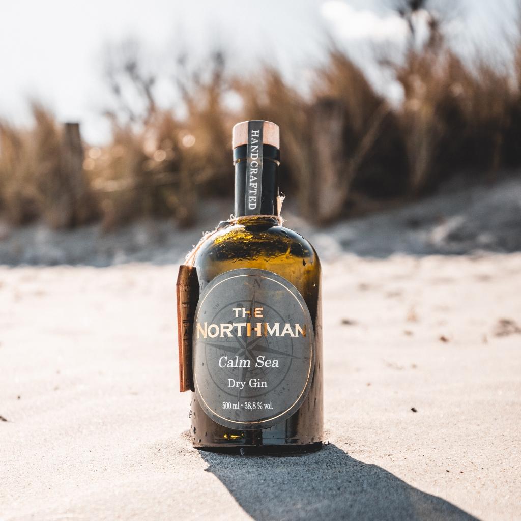 The Northman Calm Sea Dry Gin am Strand