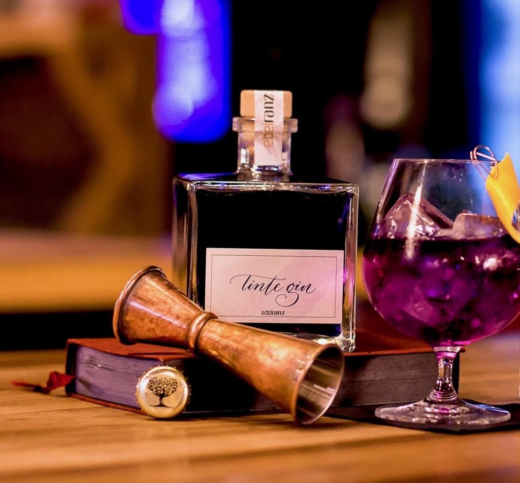 Tinte Gin mit Drinkglas von Edelranz