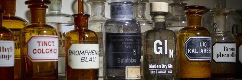 Gießen Dry Gin zwischen Laborflaschen von Gießen Spirits