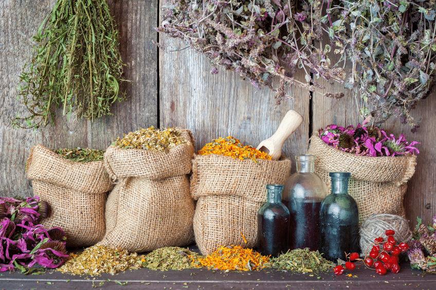 Jutesäcke mit Kräutern und Blüten von Ginmacher