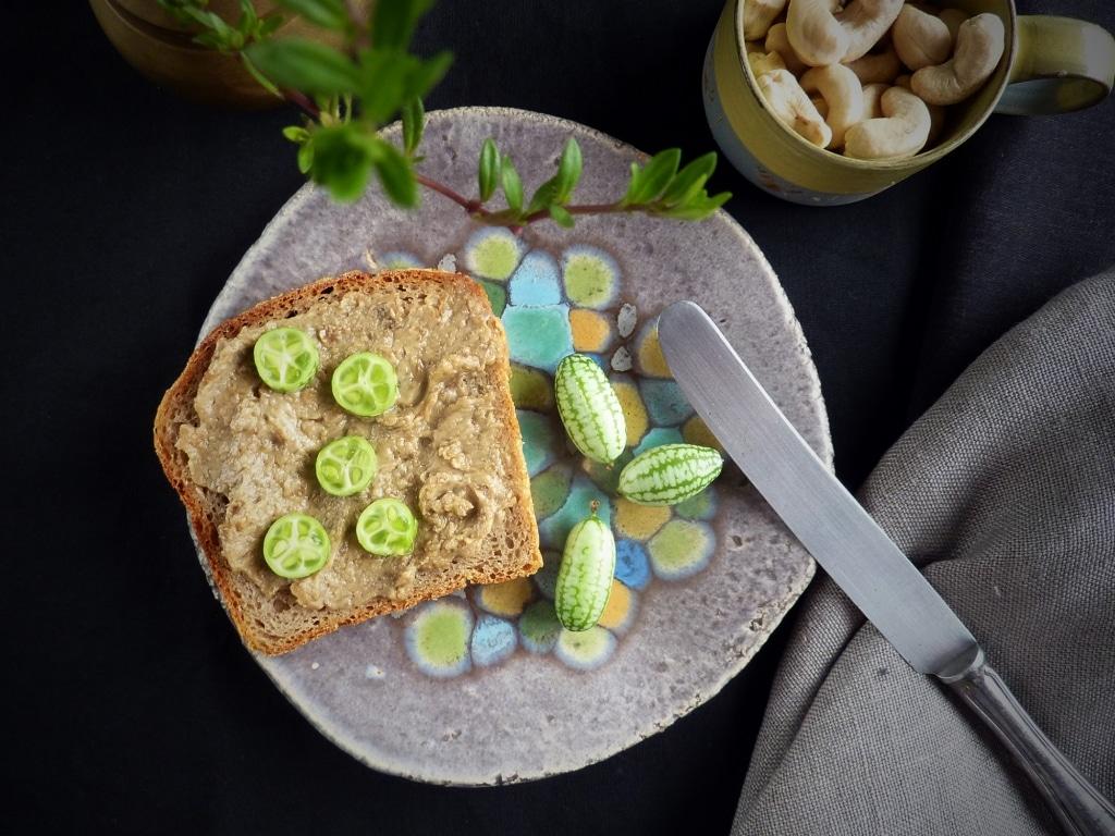 Brot mit dem veganen Aufstrich von Veganett