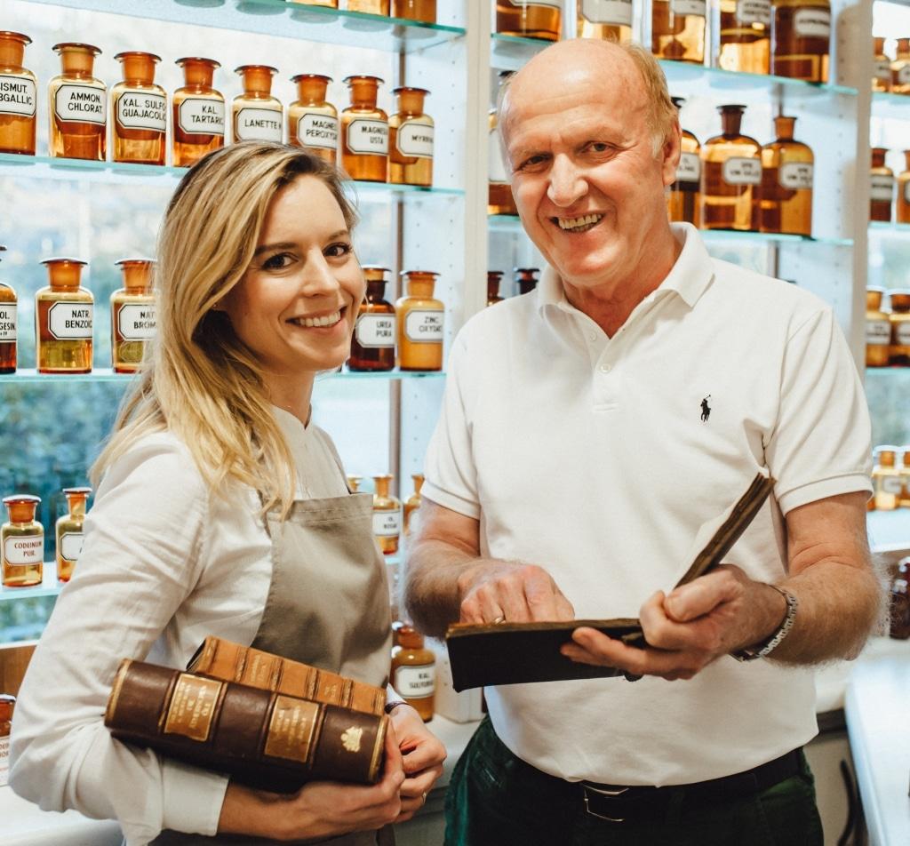 Christina Jaglas von Dr. Jaglas mit ihrem Vater in der Apotheke